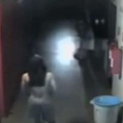 Inbreker heeft seks met paspop (video)