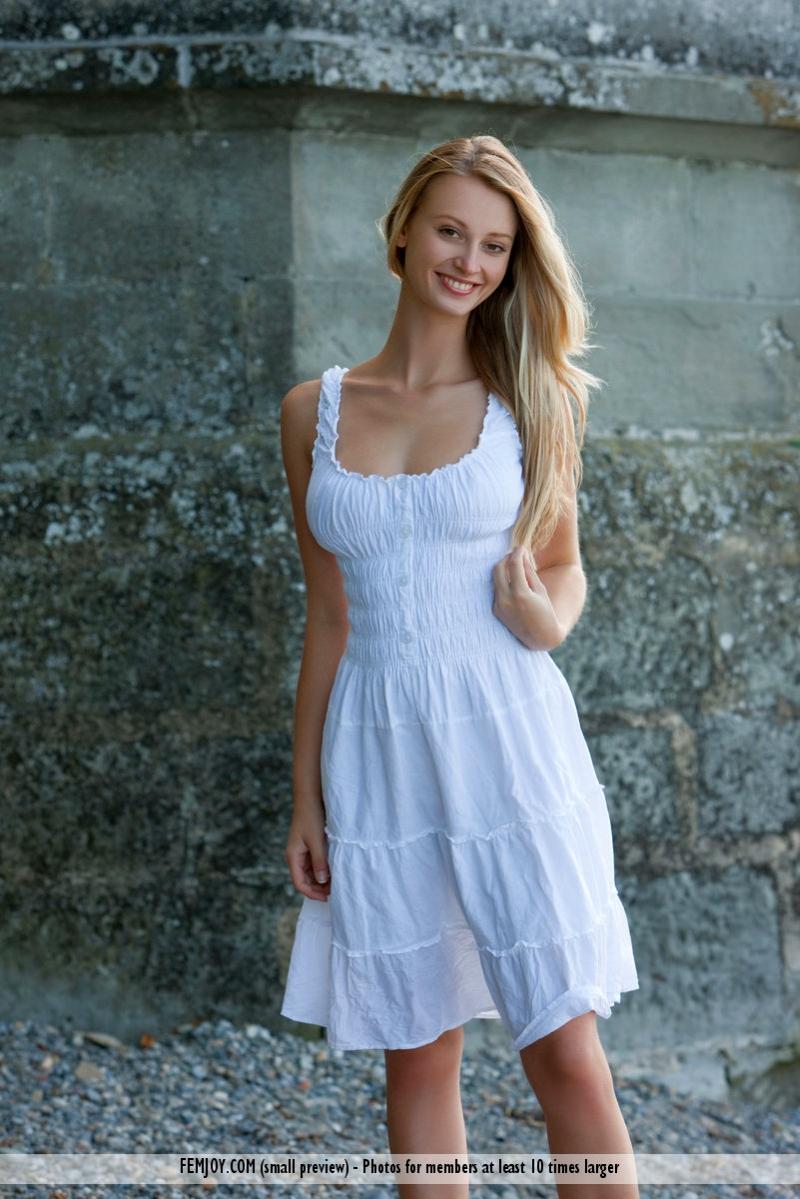 zomerjurkje-blond-mooie-en-naakt-001