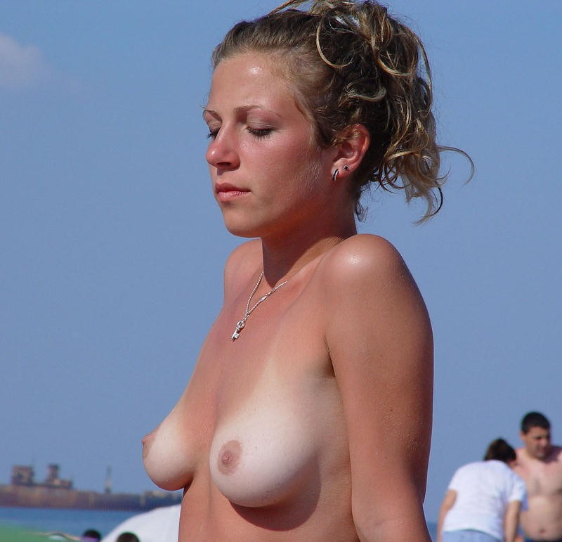 hot-amateur-busty-beach-babes-naked-and-topless--21