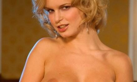 Huisvrouw, grote borsten en blond, wacht in lingerie op haar man