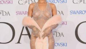 Rihanna doet aan doorkijk op de rode loper
