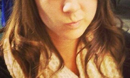 Hete muzieklerares, 22 jaar, heeft seks met leerling, 18 jaar
