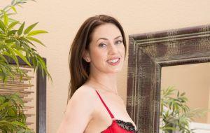 Tijd voor een naakte milf, Sarah is sexy in rode lingerie