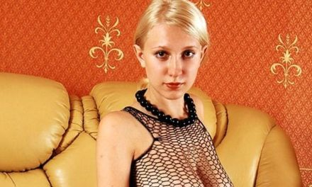 Blonde Katja, naakt op de bank, grote tieten en slank