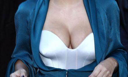 "Kim Kardashian leidt aandacht af van ""dikke reet"" met decolleté"