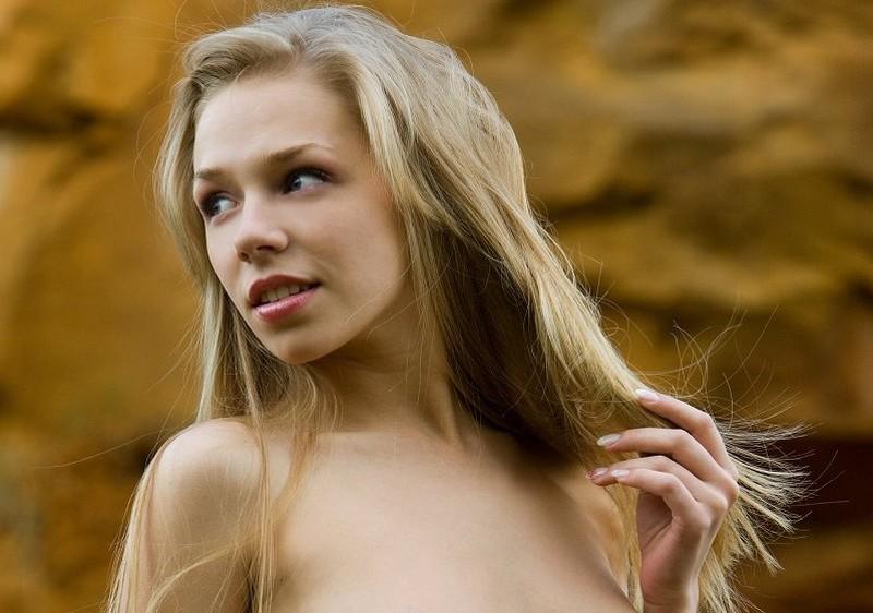 Een mooie vrouw, naakt in de natuur