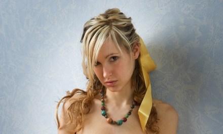 Corinna, grote borsten, mooi en naakt tegen de muur