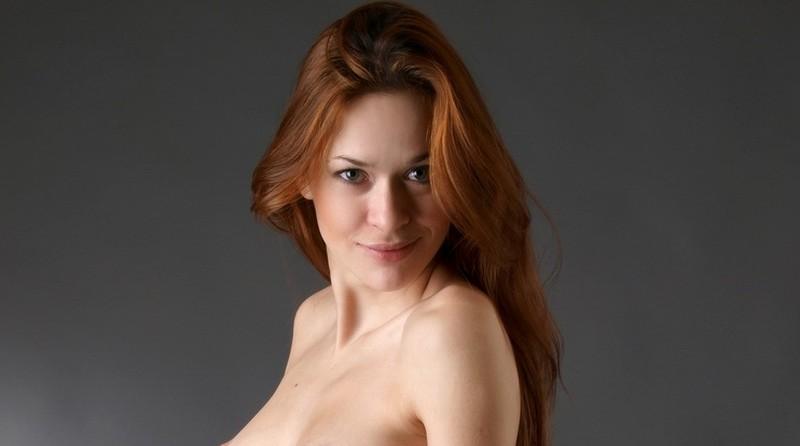 Ivetta, mooi rood haar, speelt met haar ballonnen