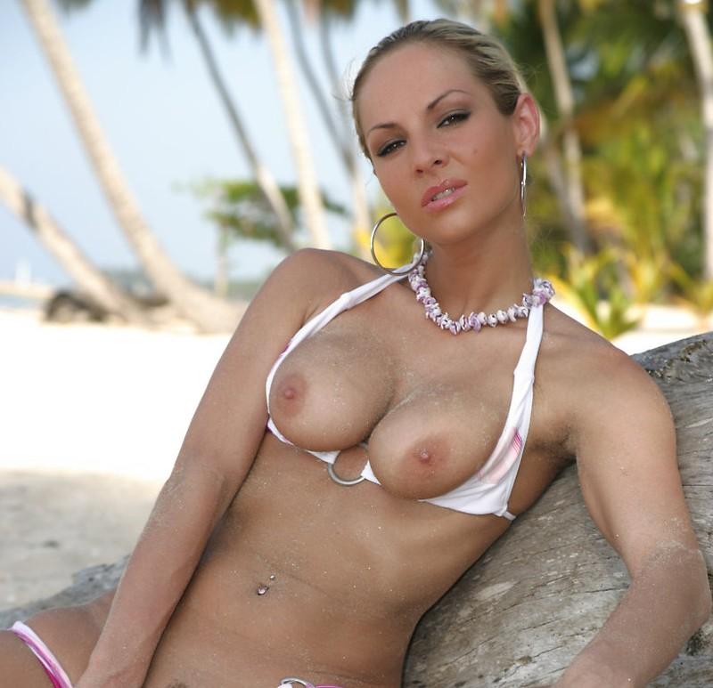 geile-beachbabe-op-het-strand