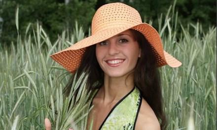 Mooie dame met hoed is naakt voordat je het doorhebt