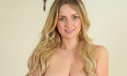 Blonde Stacey, grote tieten, terug in haar meisjeskamer