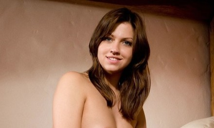 Eufrat, mooie brunette, naakt op bed