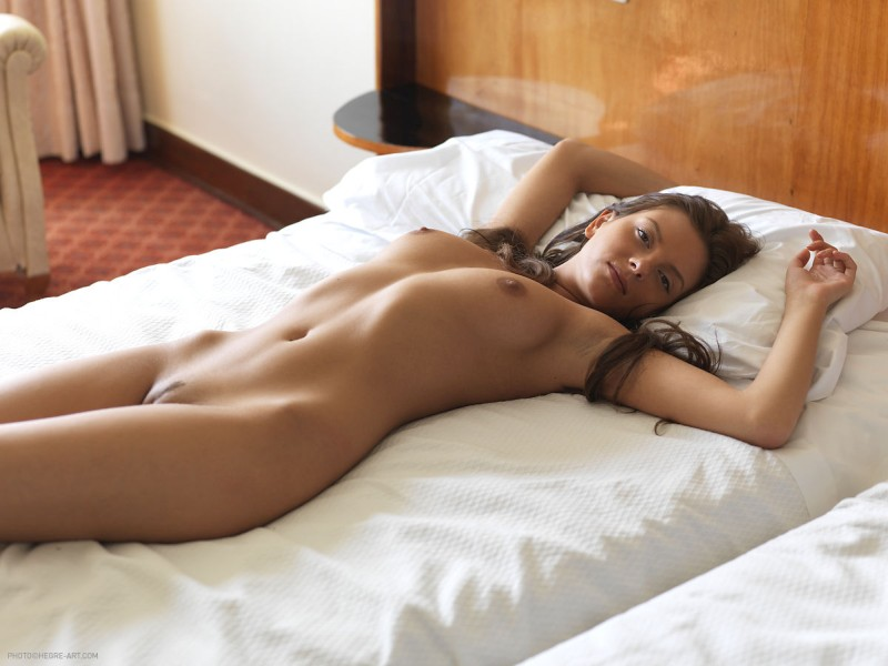 mooie-vrouw-naakt-aan-het-slapen-01