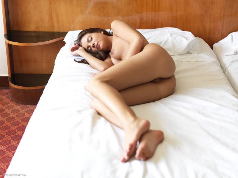 mooie-vrouw-naakt-aan-het-slapen-05