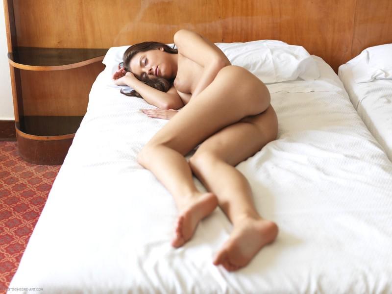 mooie-vrouw-naakt-aan-het-slapen-08