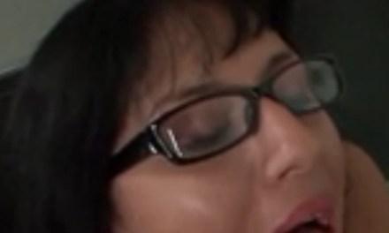 Amateur vrouw met brilletje op kan aardig pijpen