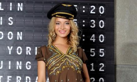 Danica is een hete en naakte vrouwelijke piloot