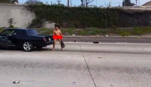 Hee, een naakte man op de snelweg