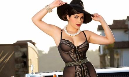 Valentina Nappi, in stijlvolle lingerie bij een oldtimer