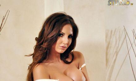 Cara Steel, witte lingerie en hoge hakken, gaat topless