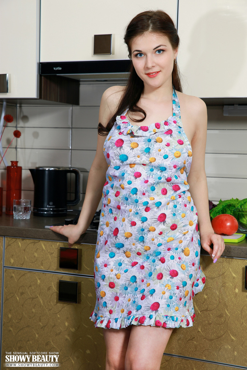 young-housewife-naked-in-the-kitchen-02