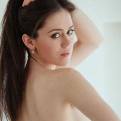 Knappe jonge vrouw met grote borsten, kleedt zich uit