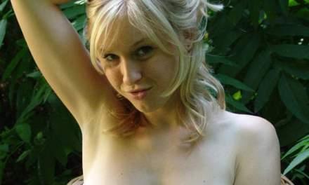 Petra Mis, geil blondje met grote borsten, wordt in de badkamer geneukt