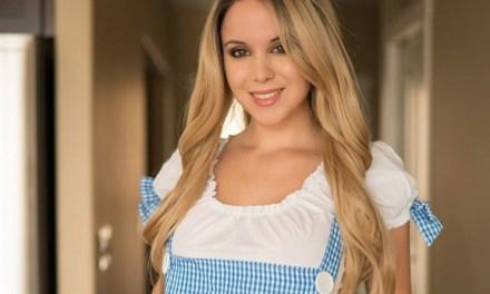 Bryci, blond en grote tieten, heeft een schattig sexy jurkje aan