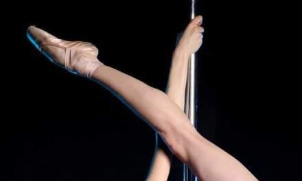 Spaanse politieagent onder werktijd in stripclub