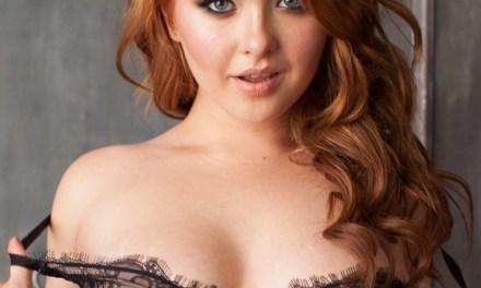 Liza, knap, lang rood haar en hele sexy lingerie
