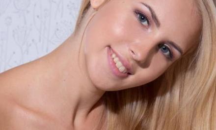 Erin K, grote borsten, ligt graag in haar blootje op bed