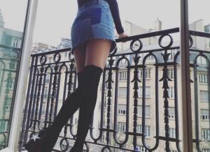 Selena Gomez, geen bh en een sexy decolleté