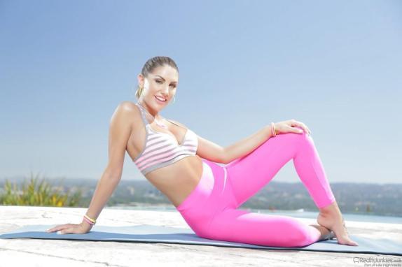 august-ames-doet-aan-naakt-yoga-04