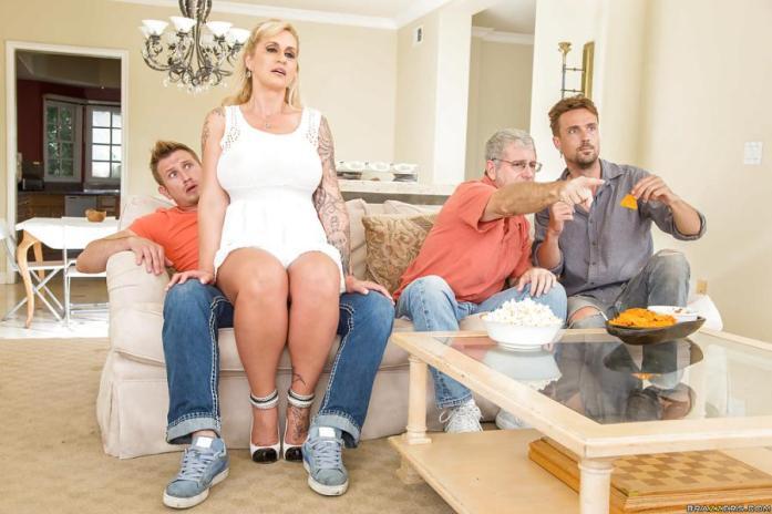 blonde-moeder-met-grote-borsten-wordt-geneukt-03