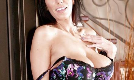 Gloryhole pijpen met Alia Janine, brunette met grote tieten