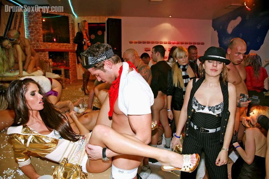 dronkenk-vrouwen-sex-een-orgie-09