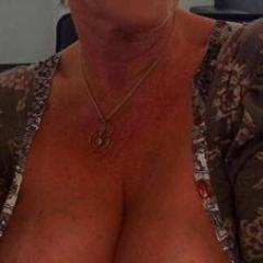 Vrouw, 57 jaar en topless grote tieten, zkt ordinaire sex