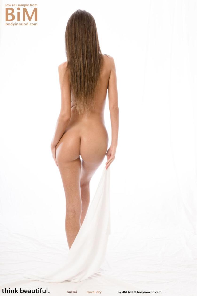 noemi-knappe-brunette-gaat-naakt-11