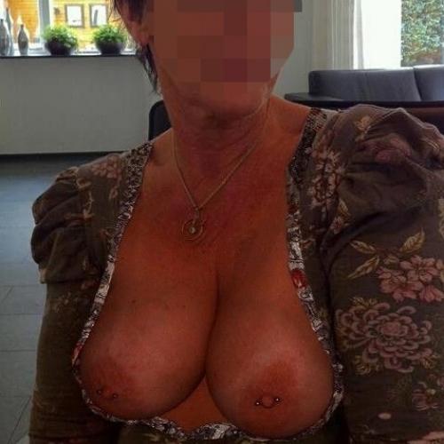 vrouw-57-jaar-grote-topless-tieten