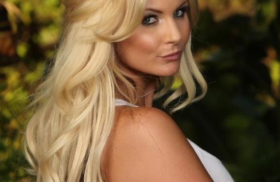 Phoenix Marie, blonde babe bloot in het bos