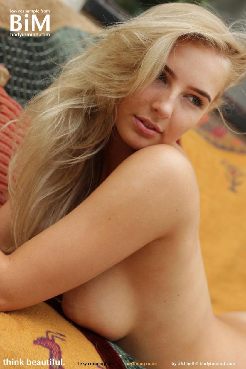 lissy-blond-lekker-en-helemaal-naakt-10