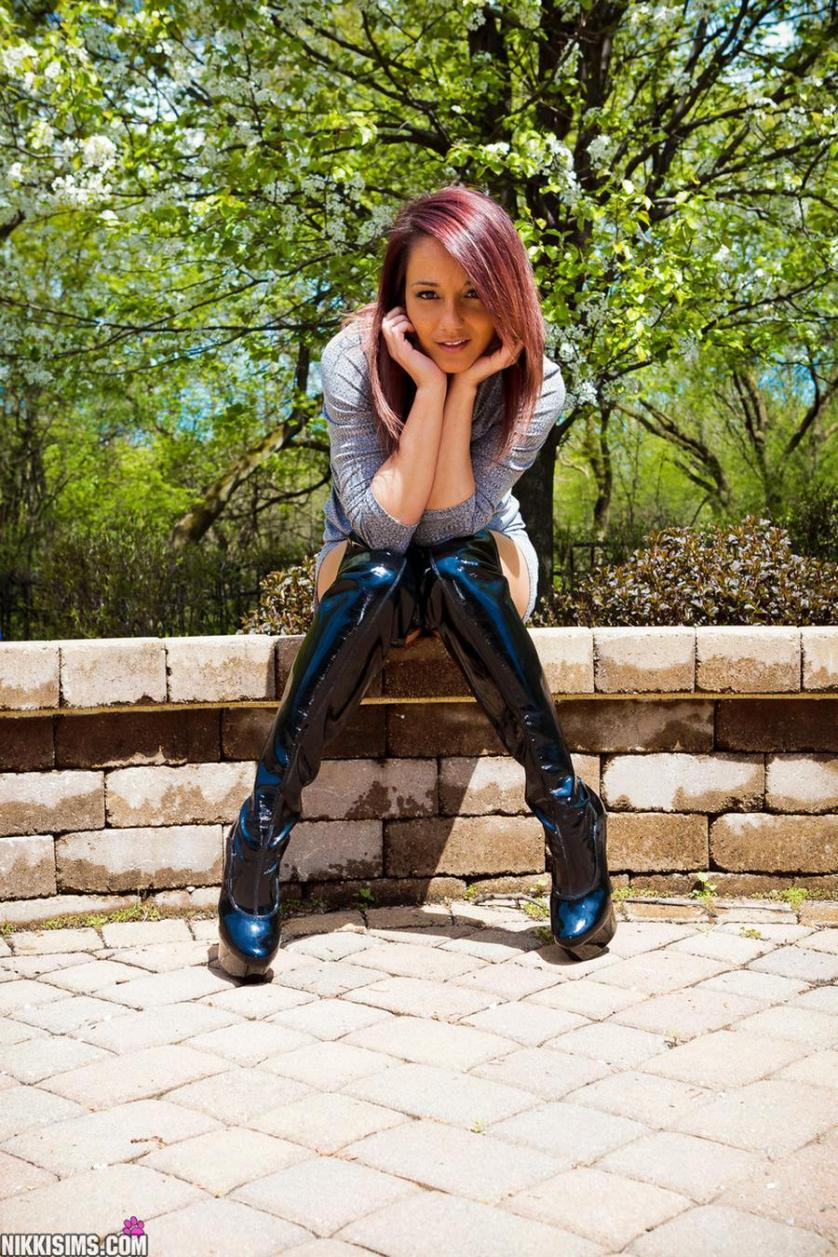 nikki-sims-strak-jurkje-geile-lange-laarzen-buiten-03