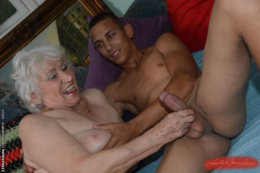 Oma, 79 Jaar, Betrapt Op Seks In Het Park Met Jongere Minnaar-2345