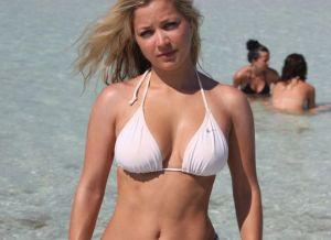 Blonde amateur babe, geil en lekker, topless op het strand