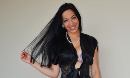 Adriana Caro, zwart haar, grote borsten en algeheel geil