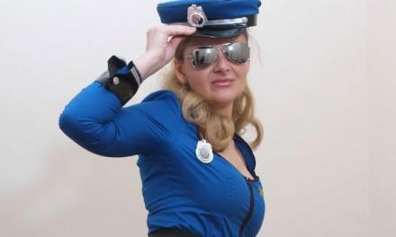 Geile politieagente met grote borsten heeft knielaarzen aan