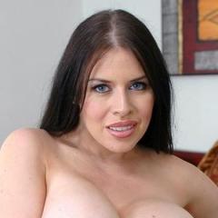 Latex Milf met grote tieten doet aan anale sex op de trap