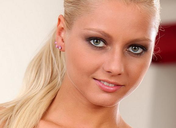 Seks Met - Annely heeft mooie ogen en ze gaat naakt