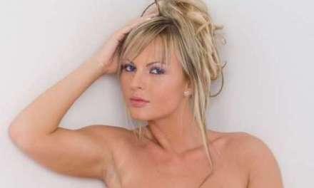 Blonde Sandra, opgestoken haar, gaat frontaal naakt