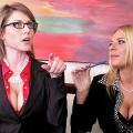 Twee milfen worden anaal geneukt op kantoor